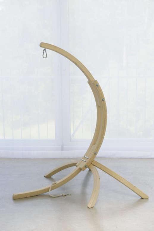 dřevěný stojan na závěsná křesla