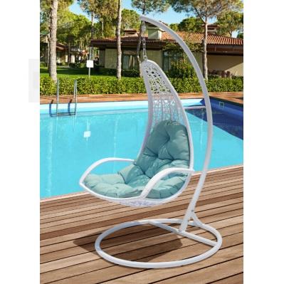 Závěsné houpací křeslo z umělého ratanu bílé postavené venku u bazénu.