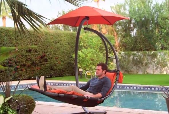 muž se otáčí na závěsném houpacím lehátku Vivere Original Dream Chair