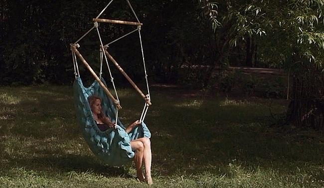 houpání na zahradě v závěsném křesle swingy in